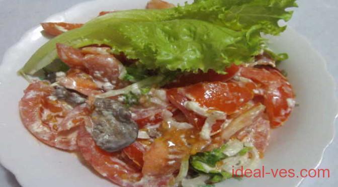 Помидорный салат с куриной печенью