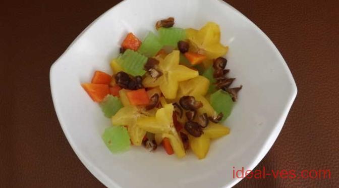Салат из папайи, фиников, желе и карамболы