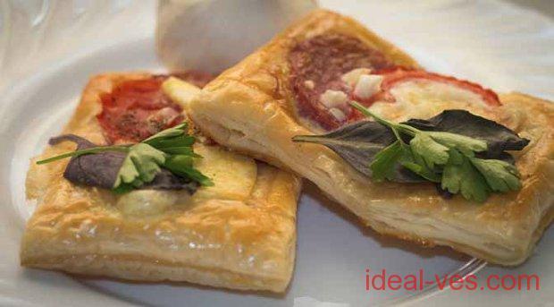 Тарталетки с салями и домашним сыром